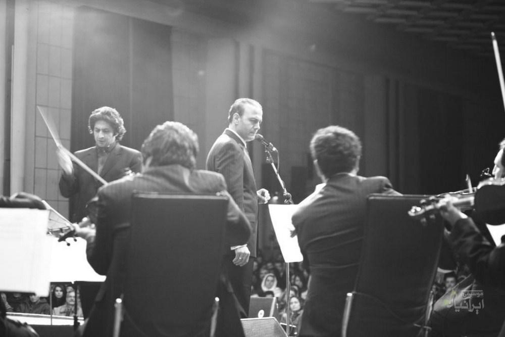 با همراهی گروه موسیقی «اشراق» به سرپرستی اصغرمحمدی