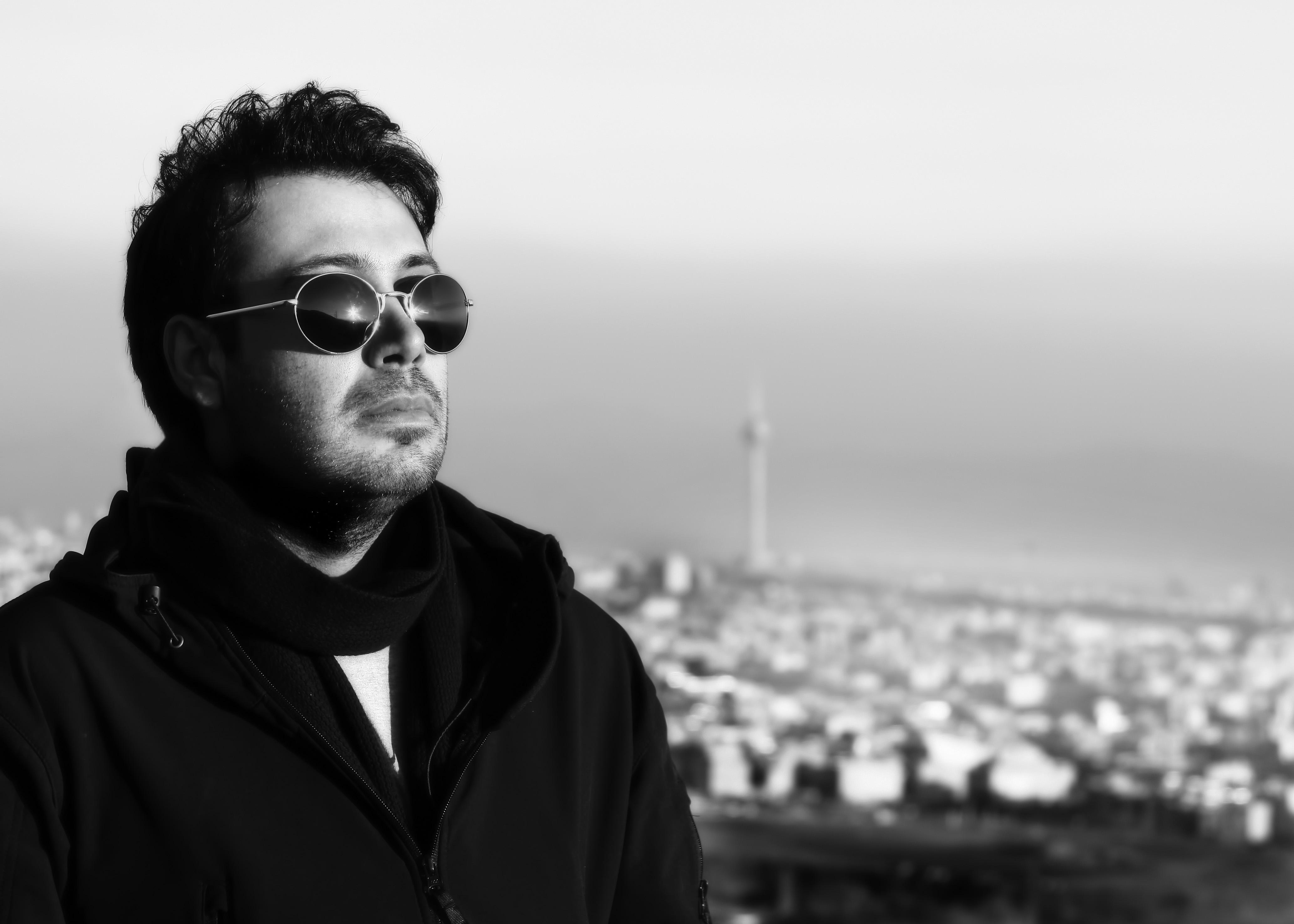 http://musiceiranian.ir/images/news-pic/2013/05/chavoshi.jpg