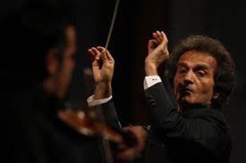 با همراهی ارکستر «سمفونیک تهران» صورت می گیرد: