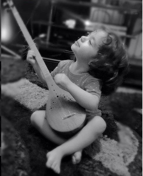ساز زدن دختر «رضا صادقی» (عکس)