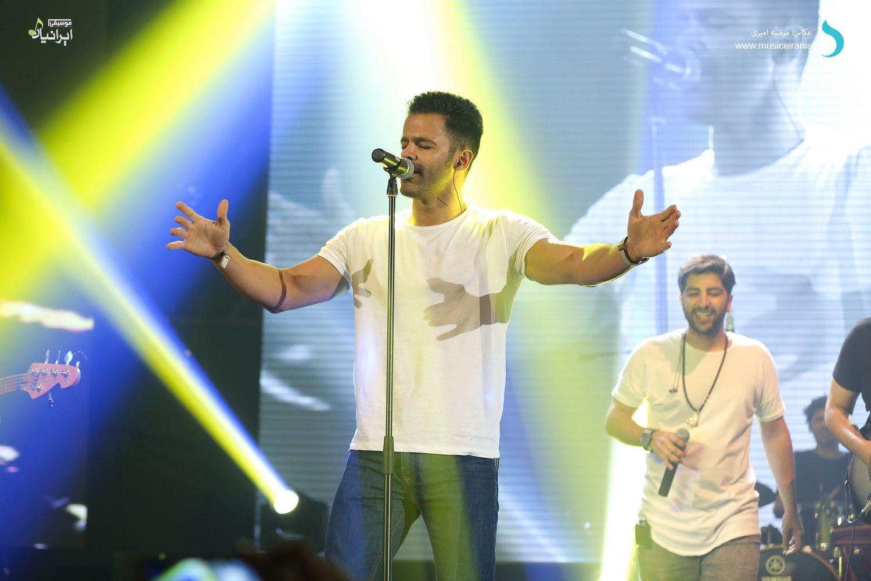 گزارش تصویری سایت خبری و تحلیلی «موسیقی ایرانیان» از کنسرت پرشور «زانیار خسروی»