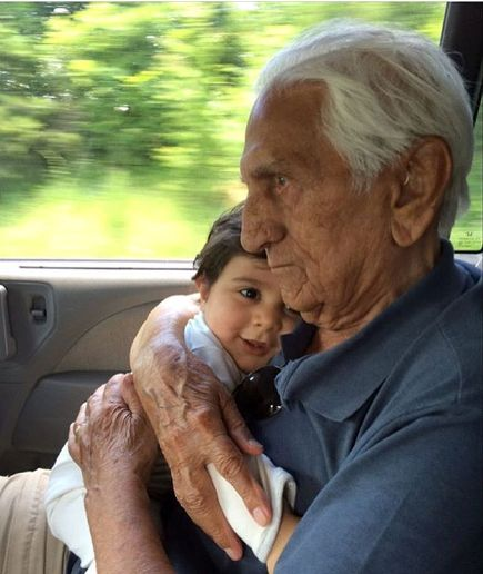 با درگذشت پدر بزرگش