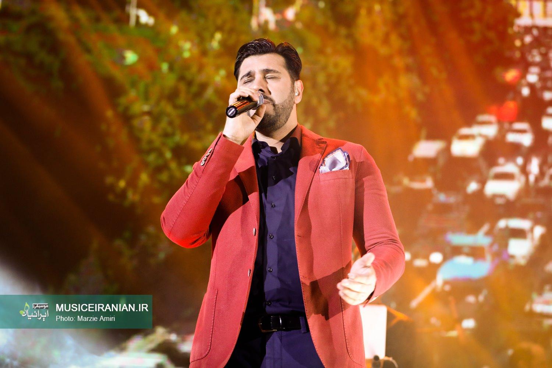 گزارش تصویری سایت خبری و تحلیلی «موسیقی ایرانیان» از آخرین کنسرت سال ۱۳۹۵ «احسان خواجه امیری»