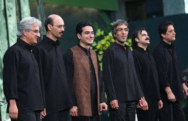 حسین بهروزی نیا در کنار گروه موسیقی دستان و همایون شجریان