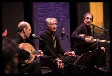 حسین بهروزی نیا در کنار گروه موسیقی دستان