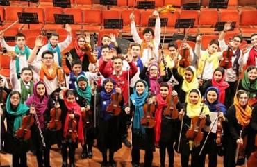 ارکستر نوجوانان ایران به رهبری «آرمان نوروزی»، «پرگینتِ» گریک را نواخت