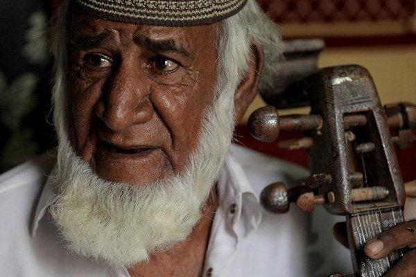 از نوازندگان کهن منطقه بلوچستان بعد از تحمل درد و بیماری
