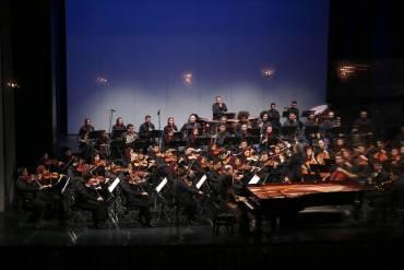 ارکستر سمفونیک تهران به رهبری بابک کاظمی روی صحنه رفت