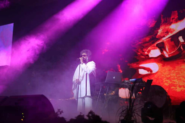 اشک اعضای «کاکوبند» در نخستین اجرای «دنیای نو» در آمد