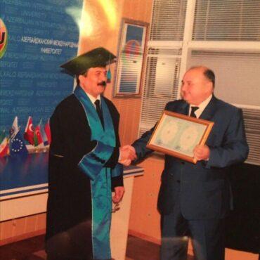 اهداء پروفسوری افتخاری به آقای افتخاری در سال 1386 (دانشگاه بینالمللی آذربایجان)