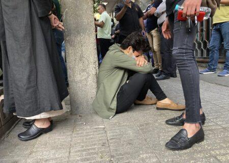 عکس آسوشیتدپرس از هوادار غمگین محمدرضا شجریان بیرون بیمارستان