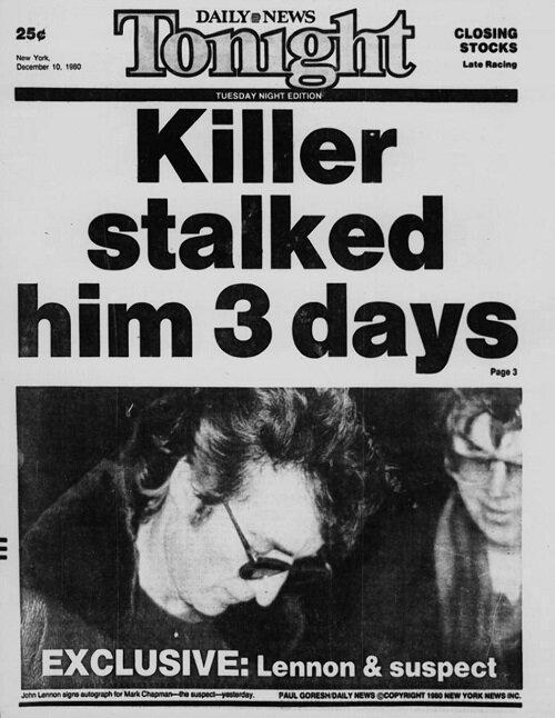 لنون در حال امضای برای مارک دیوید چپمن (سمت راست) - ۶ ساعت قبل از قتل