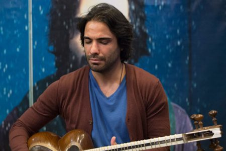 علی قمصری تار ایرانی ۲۴ را در نیشابور نواخت
